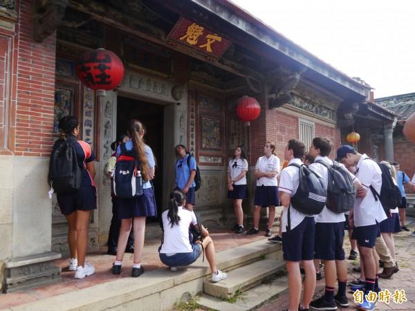 澳洲高校師生慕名摘星山莊而來 弘文高中生全英文導覽