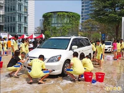 〈中部〉募款助聽損兒 260生捲袖洗車